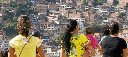 Peer Effects and the Onset of Childbearing in an Urban Context in Latin America